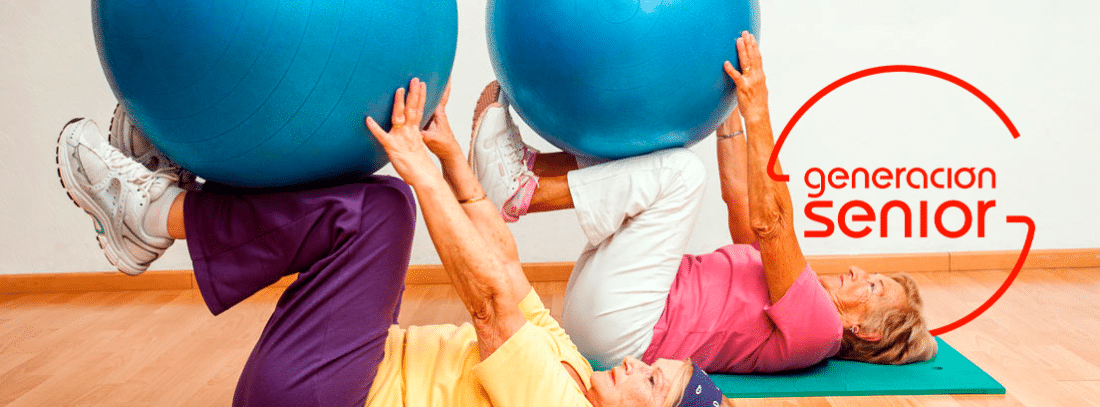 Dos mujeres mayores haciendo ejercicio con pelotas de goma