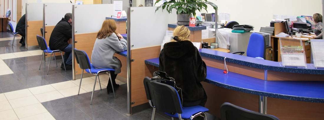 Varias personas en la oficina de un banco