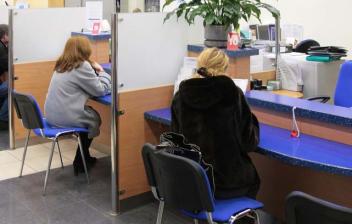 Personas en la oficina de una entidad bancaria