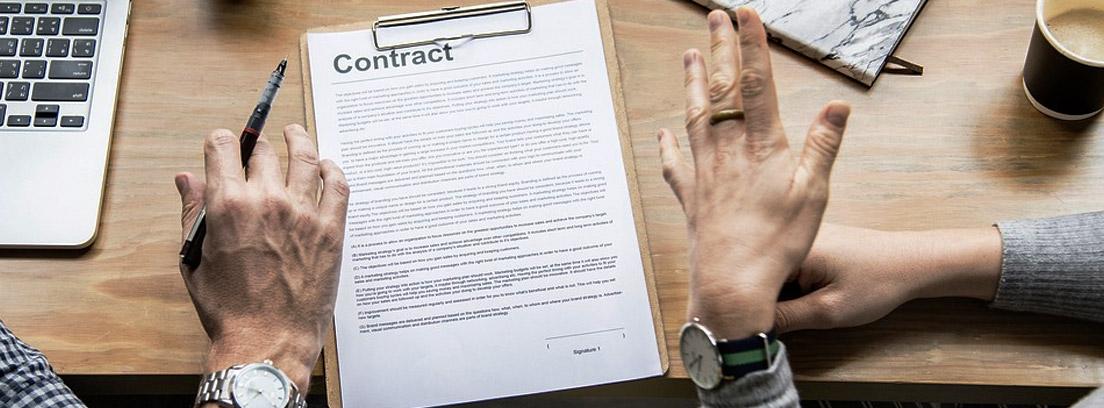 Dos personas negociando un contrato