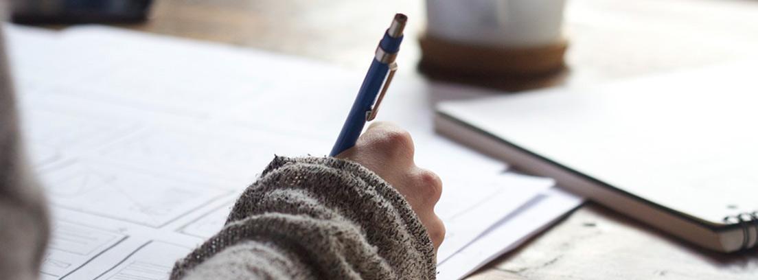 Mano de mujer escribiendo