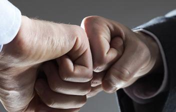 Dos personas chocando el puño