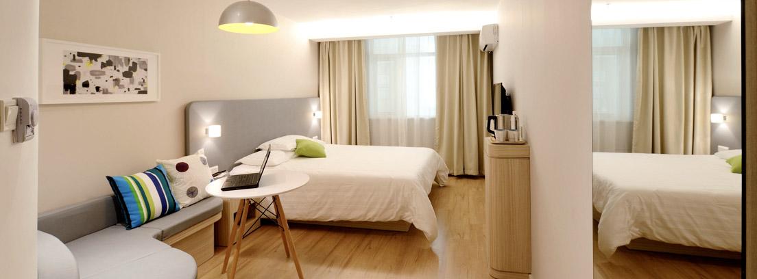 Habitación con cama y mesa con ordenador