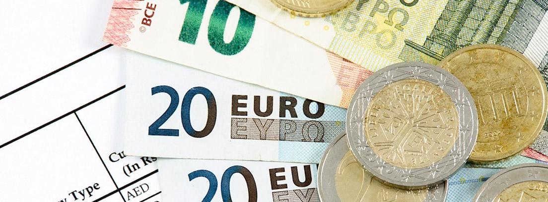 Billetes y monedas de euro sobre papel con cotizaciones de monedas extranjeras