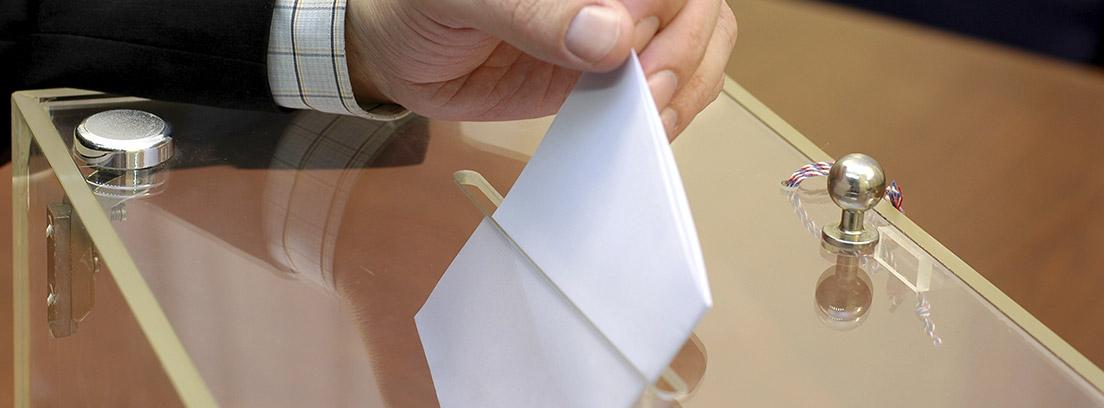 Mano votando en unas elecciones