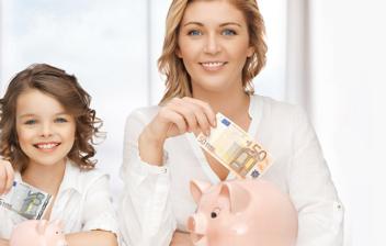 Madre e hija metiendo dinero en dos huchas de cerdito