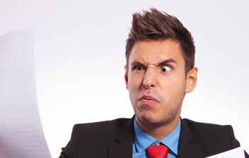 Hombre leyendo su finiquito en negativo con gesto de extrañeza