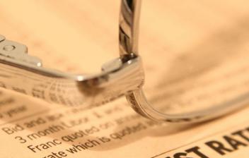 Gafas de ver sobre un periódico de economía