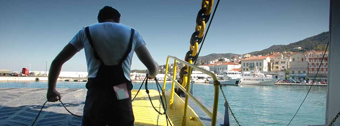 Estibador trabajando en un puerto