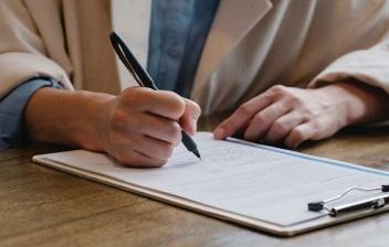 Mujer escribe sobre un folio