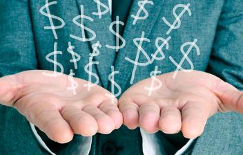 Hombre con traje extendiendo las manos para sujetar símbolos del dólar