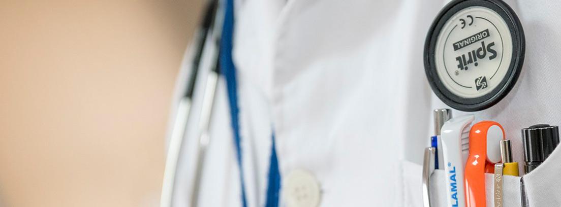 Médico mostrando un fonendo en su cuello