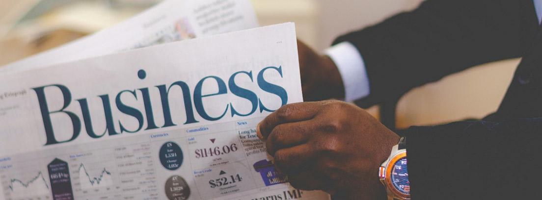 Manos sujetando un periódico económico