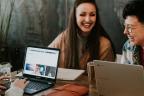 Personas sonrientes delante de ordenadores