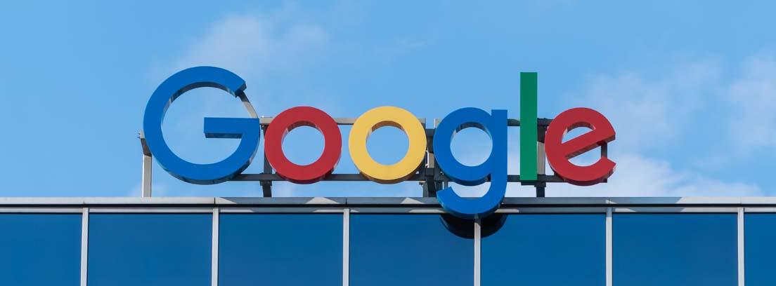 Letrero de Google sobre el tejado de un edificio.
