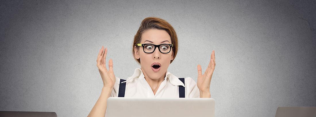 Mujer sorprendida mirando un ordenador