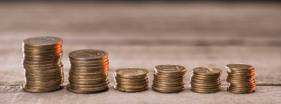 Varias monedas apiladas en distintas alturas