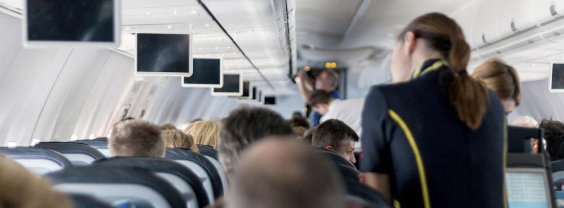 Pasajeros dentro de la cabina de un avión