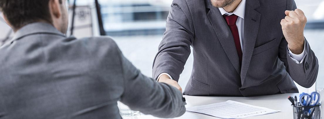 Dos hombres estrechándose la mano tras un acuerdo favorable