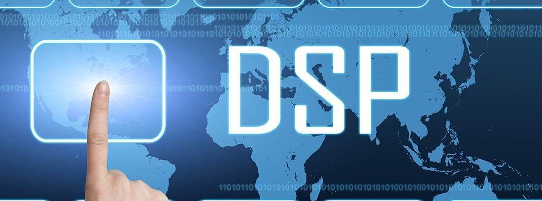 Dedo pulsando el botón de una interfaz junto a las letras DSP