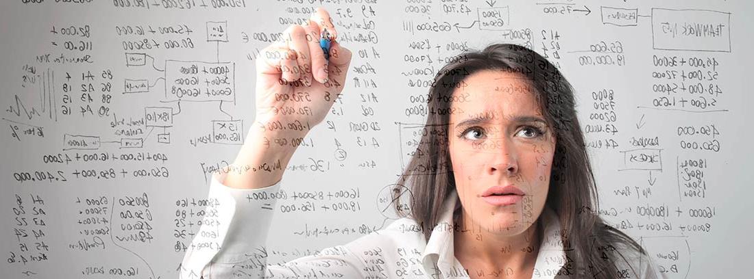 Mujer realizando cálculos en una pizarra