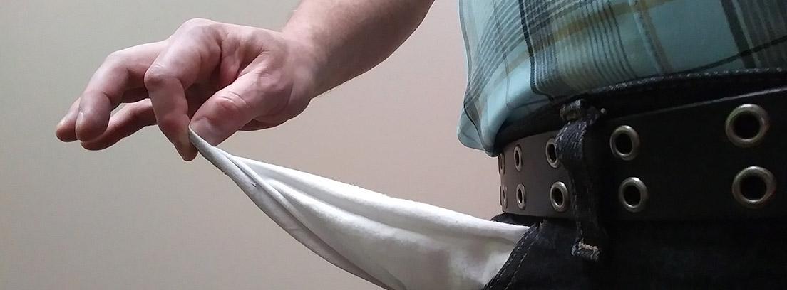 Hombre dando la vuelta a un bolsillo de su pantalón