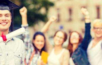 Estudiante de beca erasmus sonriente con un diploma y un birrete