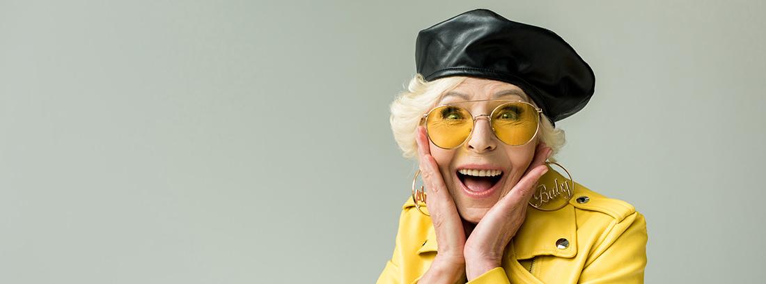 Mujer mayor vestida de amarillo
