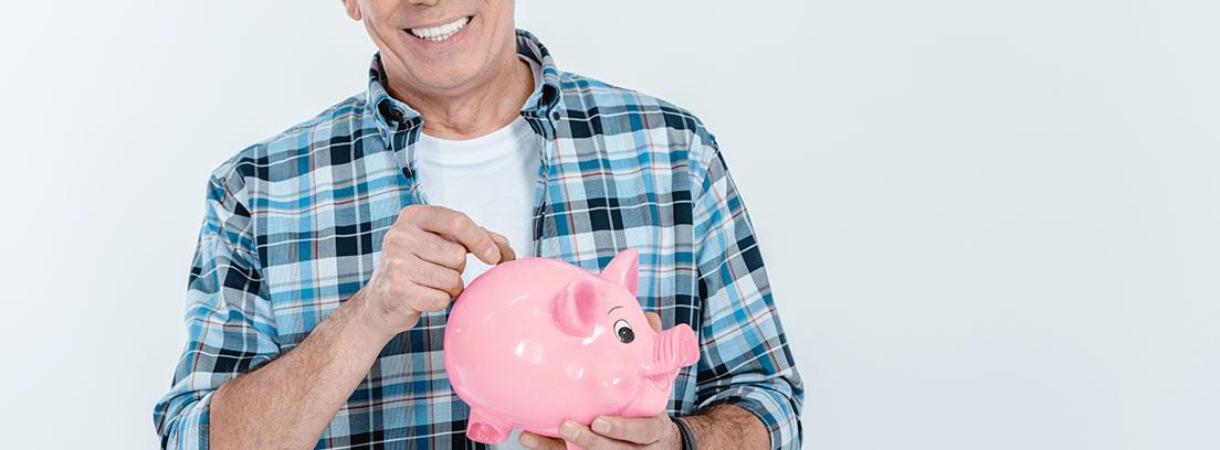 Hombre depositando dinero en una hucha