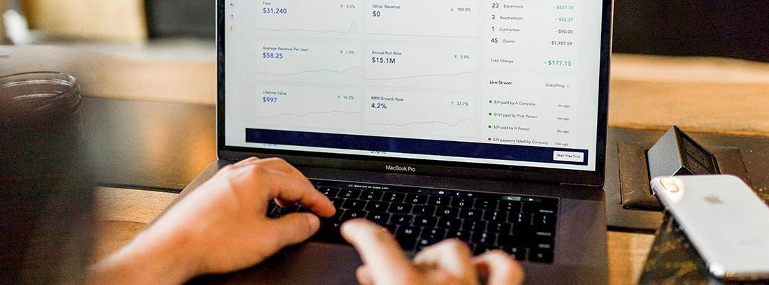 Pantalla de ordenador portátil con información sobre cambio de divisas