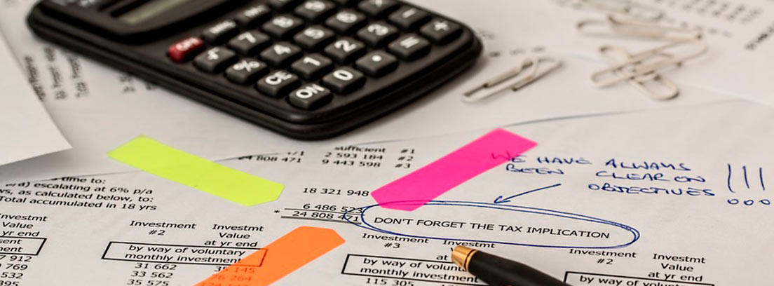 Varias facturas sobre una mesa señaladas con pegatinas