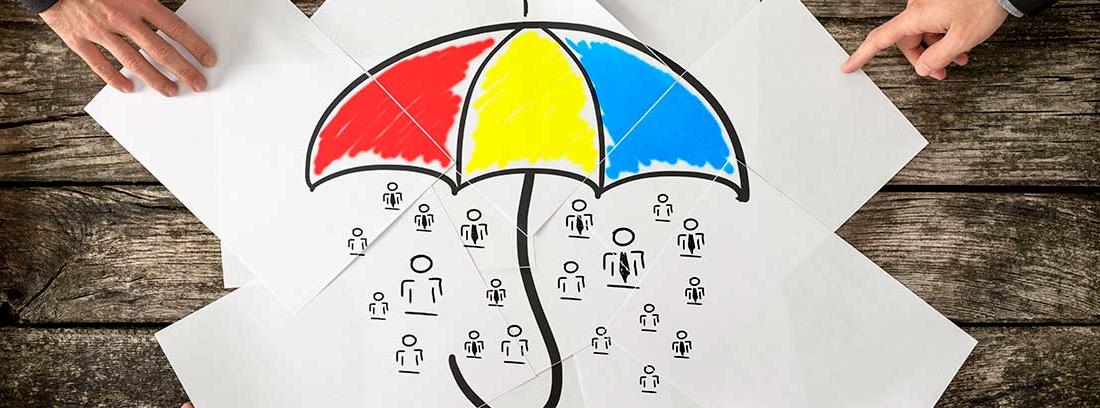 Vista cenital de varias manos sujetando papeles con el dibujo de un paraguas protegiendo a varias personas