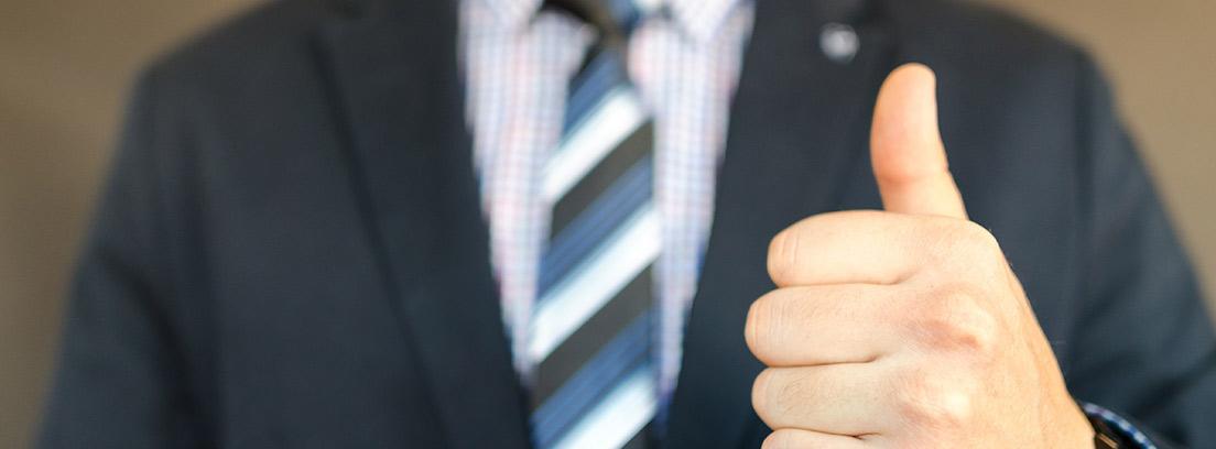 Vista parcial de un hombre con traje levantando en pulgar