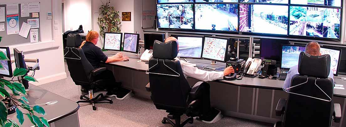 Varios trabajadores revisando cámaras de seguridad