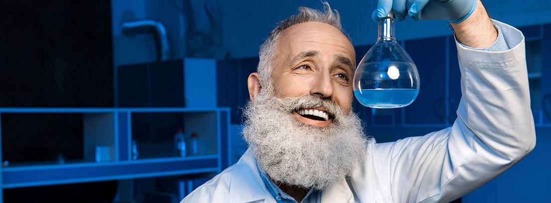 Un investigador observa un frasco en un laboratorio