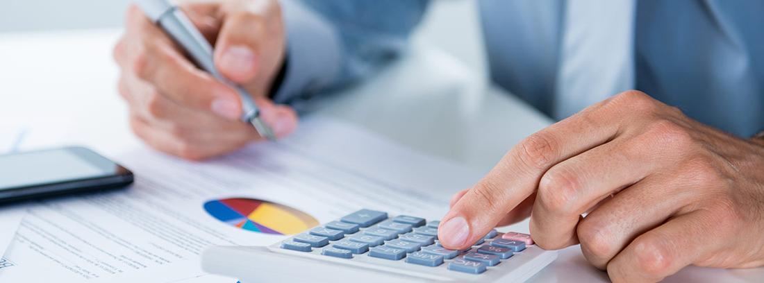 Un contribuyente calcula los impuestos que debe pagar