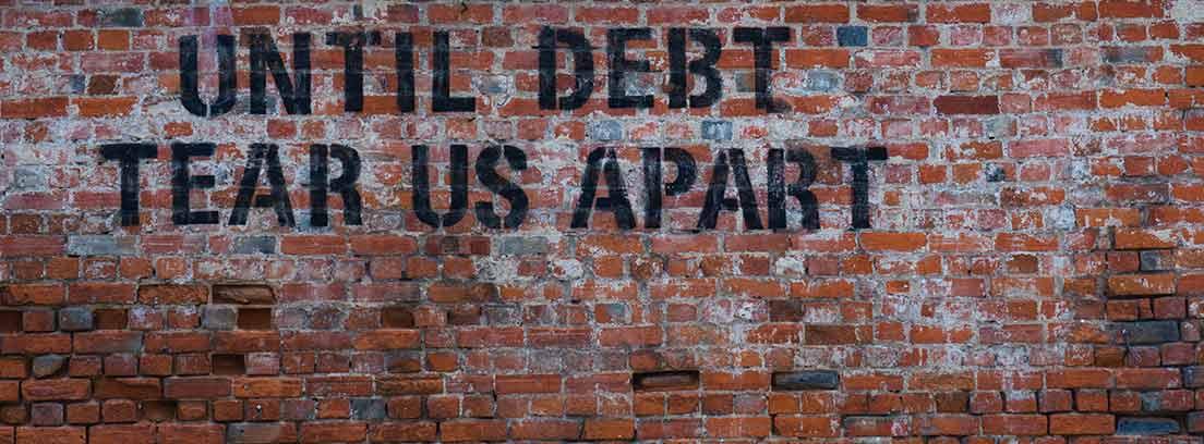 Pintada en un muro con la frase 'hasta que la deuda nos separe.