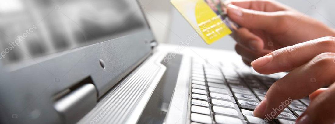 Un hombre prepara su tarjeta para comprar por internet