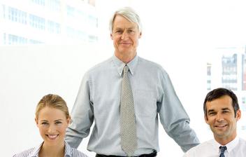 Personas de dos generaciones en una oficina.