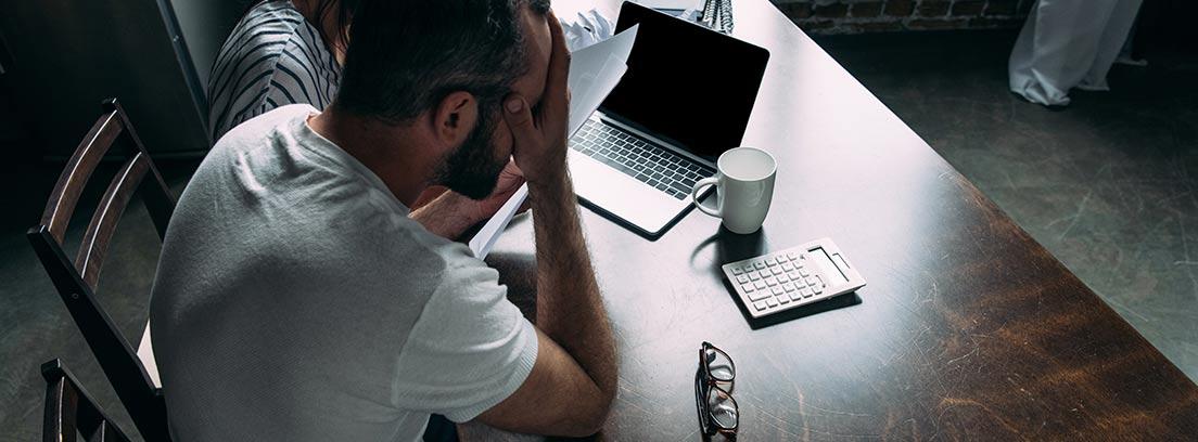 Hombre resignado frente a un ordenador