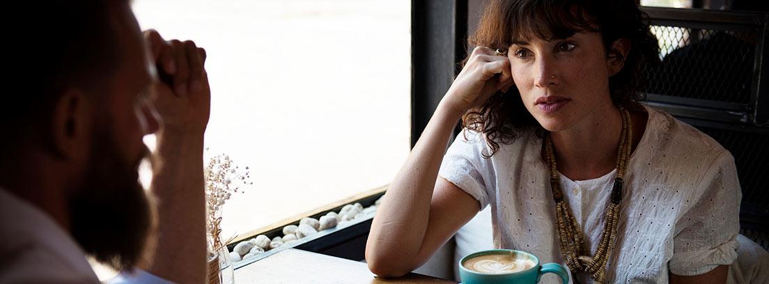 Dos personas hablando en una cafetería