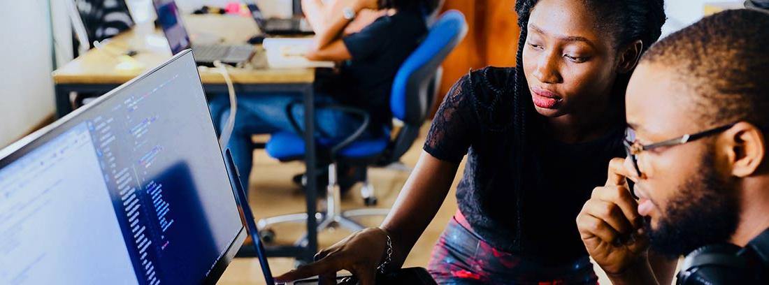 Hombre y mujer miran con gesto pensativo la pantalla de un ordenador