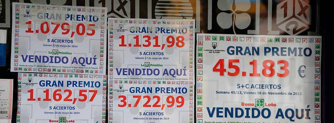 Carteles de premios en una Administración de Lotería