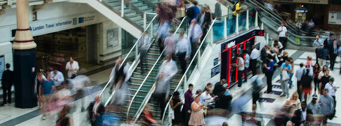 Gente transitando por una estación de transporte público