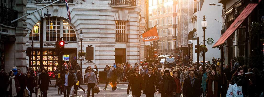 Personas andando por la calle de una ciudad