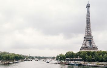 La Torre Eiffel captada desde el río Sena