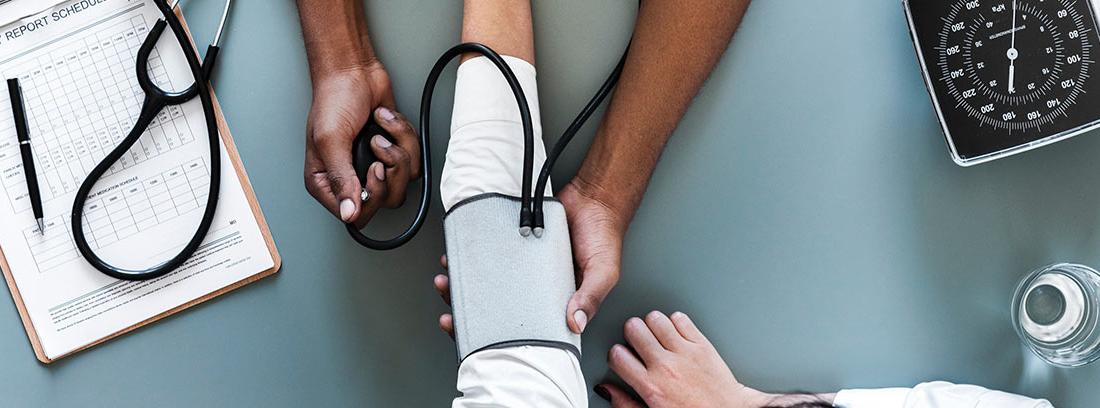 Un médico analiza a un paciente
