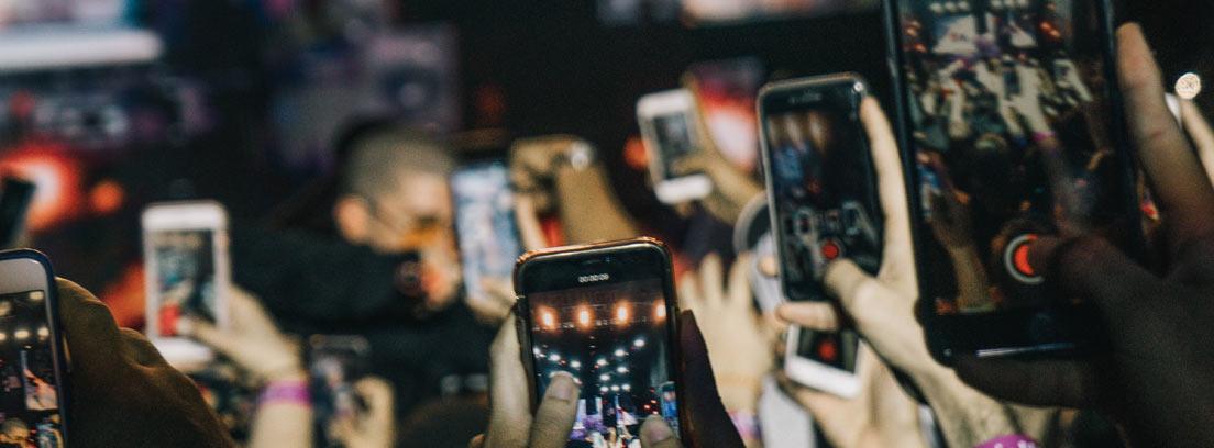 Smartphones grabando un concierto