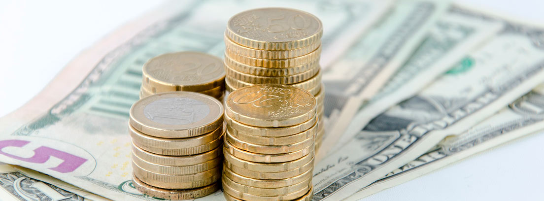 Billetes y columnas de monedas
