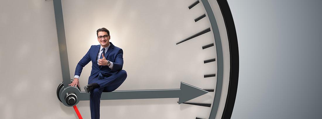 Hombre con traje sentado en un reloj gigante
